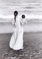 mamma con bambino di spalle